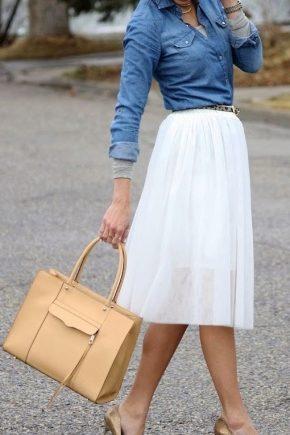 Look tendance avec une chemise en jean et une jupe