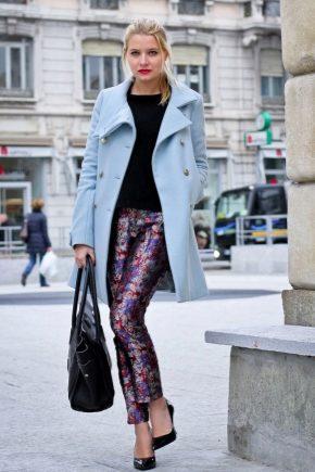 Cosa posso indossare con un cappotto blu?
