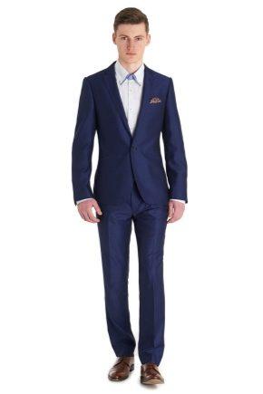 ¿Qué me puedo poner con un traje de hombre azul?