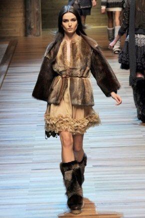 Quelles bottes conviennent à un manteau de vison: les conseils de la styliste
