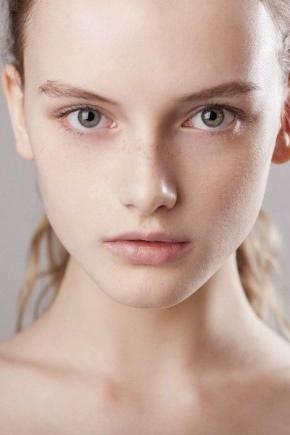Maquillage des yeux pour les blondes aux yeux gris