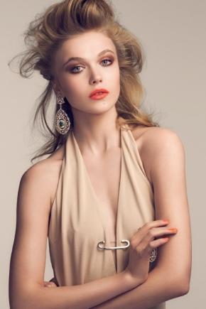 Maquillaje para un vestido beige.