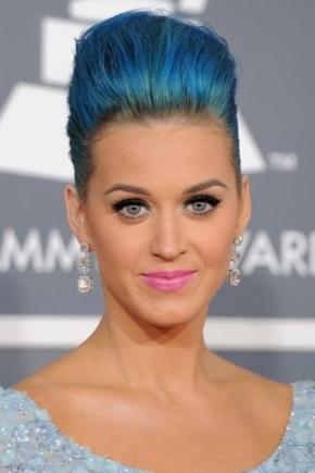 Maquillaje bajo el vestido azul