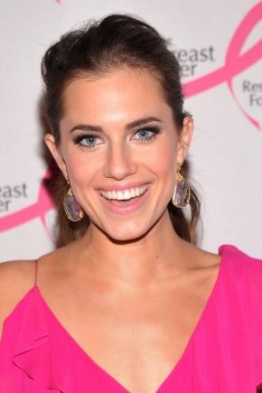 Maquillaje bajo el vestido rosa.