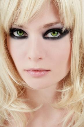 Maquillaje de noche para los ojos verdes.