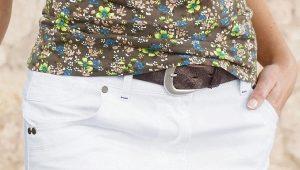 Que puis-je porter avec une jupe en jean blanche?