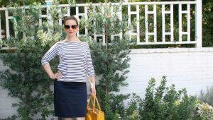 Que puis-je porter avec une jupe crayon bleue?