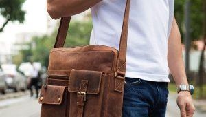 Bolsos de hombre a través de la tela del hombro.