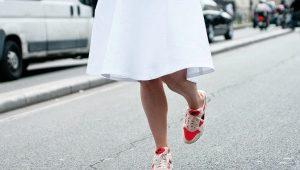 Jupe avec des baskets - noeuds à la mode
