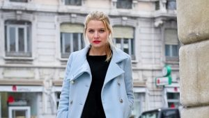 Čo môžem nosiť s modrým plášťom?