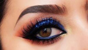 Occhi fumosi di trucco con ombre blu