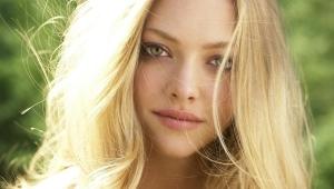Maquillage pour les yeux verts et les cheveux blonds
