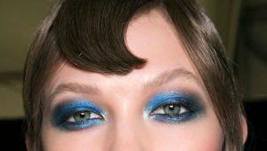 Maquillaje en colores azules.