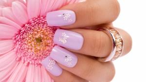 Manucure sur ongles carrés