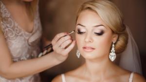 Maquillage pour les yeux bruns et les cheveux blonds