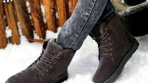 Soigneusement prendre soin de chaussures en daim