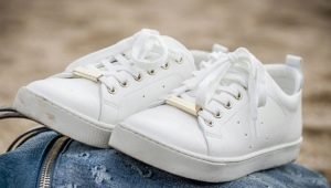 How to wash white sneakers?