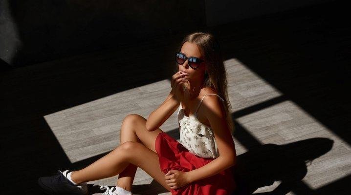 Sneakers avec une jupe - images à la mode