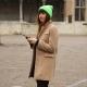 Cappotto con scarpe da ginnastica: come indossare?