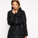 Il cappotto trapuntato da donna su uno winterizer sintetico: una cosa universale!