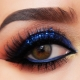 Maquillaje de ojos ahumados con sombras azules.